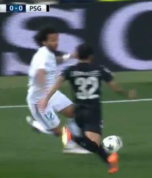 Marcelo, justo en el momento que impacta contra Dani Alves. (Captura de video)