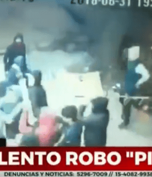 La banda de delincuentes intentando ingresar al comercio (Captura de video).