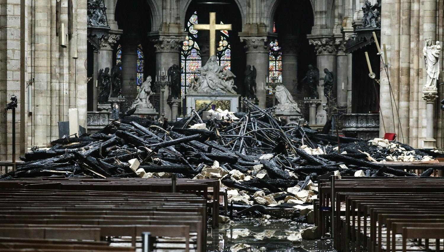 Video: The statue of the Virgin Mary remained after the fire