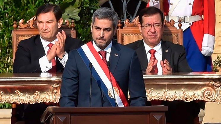 <a href='https://www.cronica.com.ar/tags/Paraguay'>Paraguay</a>'s new President Mario Abdo Benitez (C) delivers a speech after being sworn-in, in Asuncion, on August 15, 2018. - Mario Abdo Benitez, of the right-wing Colorado party, was sworn-in Wednesday as President of   <a href='https://www.cronica.com.ar/tags/Paraguay'>Paraguay</a>, with the challege of getting to agreements with the opposition. (Photo by NORBERTO DUARTE / AFP)
